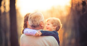 Kuva isoisästä ja lapsenlapsista