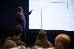 Robottikoulun opettaja Osku Kannisto esittelee ohjelmointikäskyjä