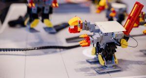 Elisan robottikoulussa rakennettu dinosaurusrobotti, opetusrobottina toimi Jimu Explorer.
