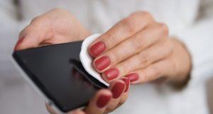 Rasvan ja muun näkyvän lian puhdistaminen puhelimesta poistaa samalla myös bakteereita.