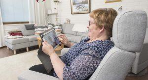 mummi katsoo tablettitietokonetta