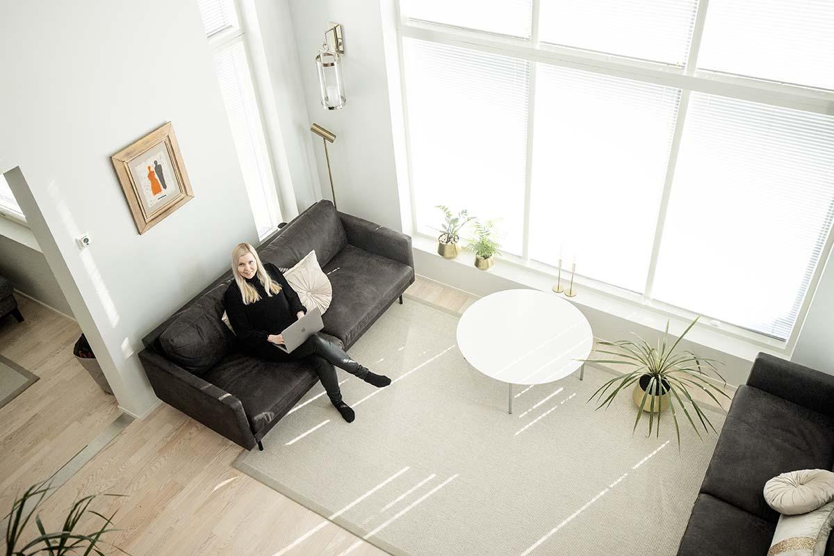 Piia Aalto tekee töitä kotona 5G Kotinetin turvin