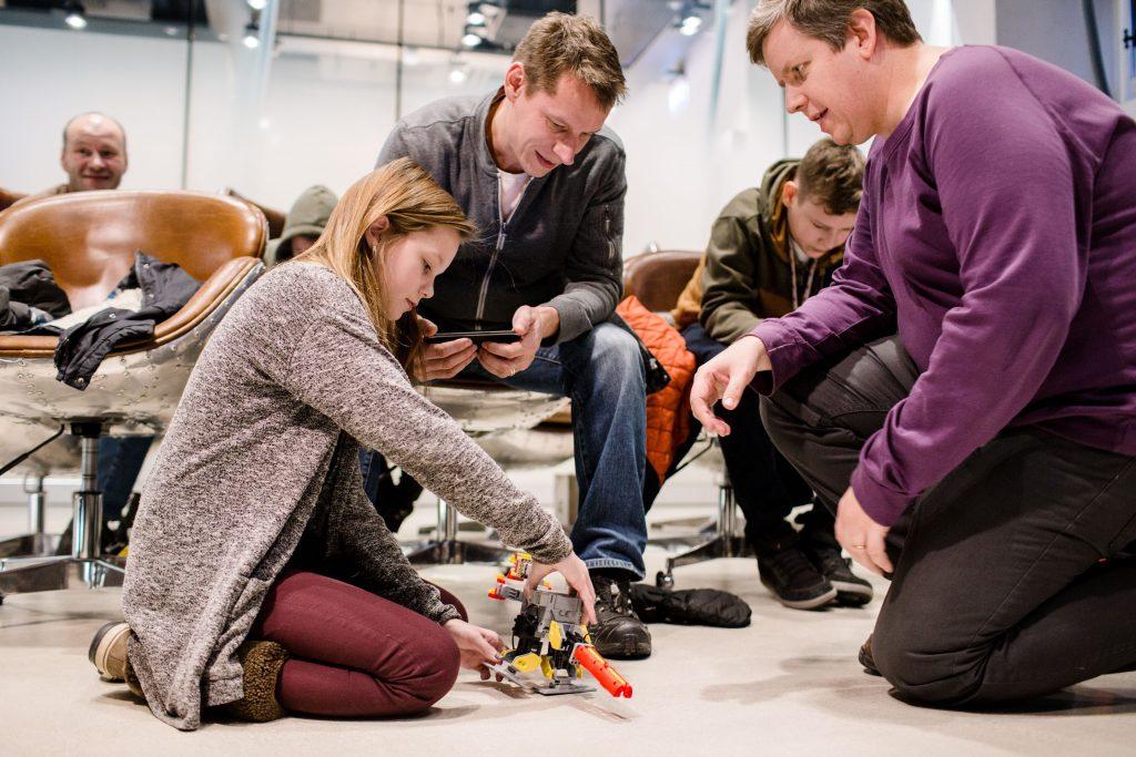 Elisa Robottikoulu Elisa Kulmassa 7.1.2017, kuvassa Isabella ja Mikael Stendahl