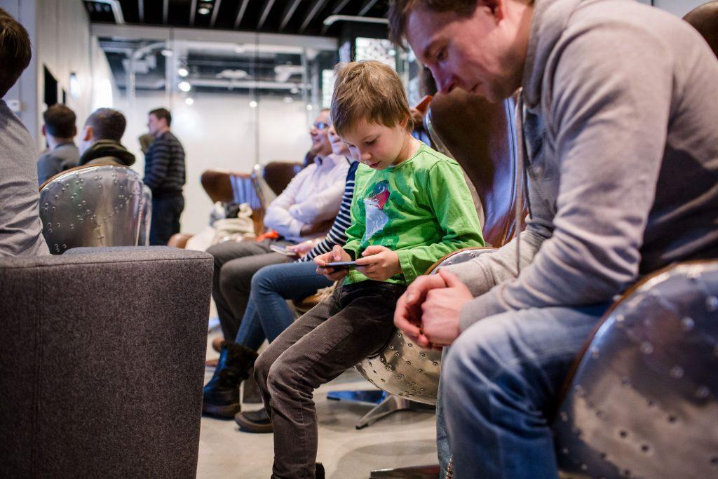 Elisa Robottikoulu Elisa Kulmassa 7.1.2017, kuvassa Jasper ja Pasi Taive