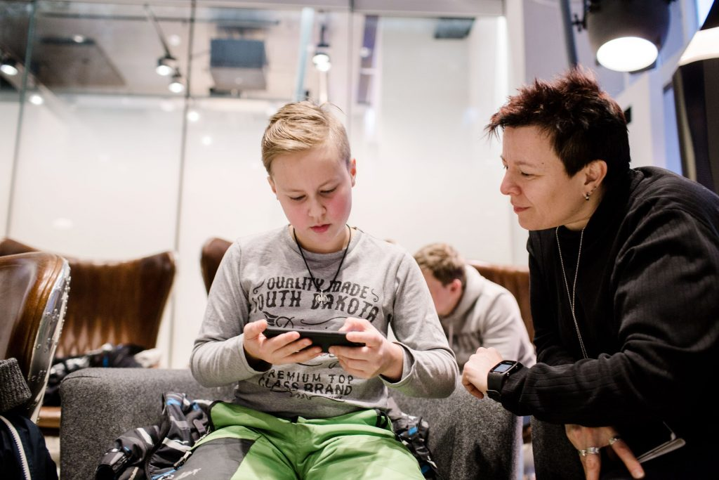 Elisan robottikouluun osallistunut MArkus Siljander tätinsä kanssa
