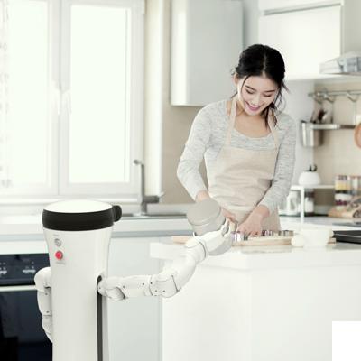 Kuvassa MoRo robotti auttaa kotiöissä