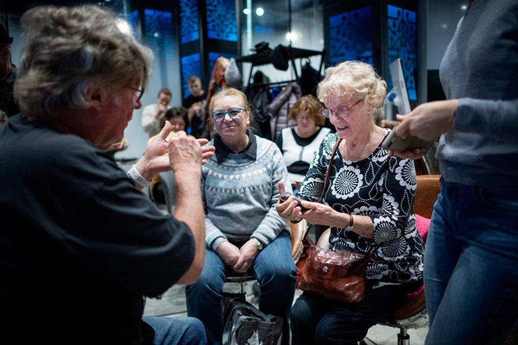 Senioreiden digikoulussa Elisa Kulmassa vertaistukikin oli tärkeää.