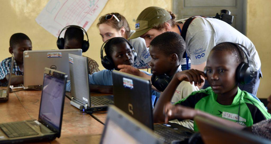 Anssi opastaa työpajassa Gulussa St Mauritzin koululla